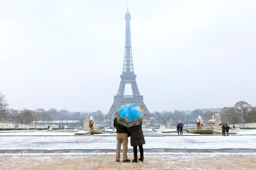 Tour Eiffel, snowing in Paris 2013